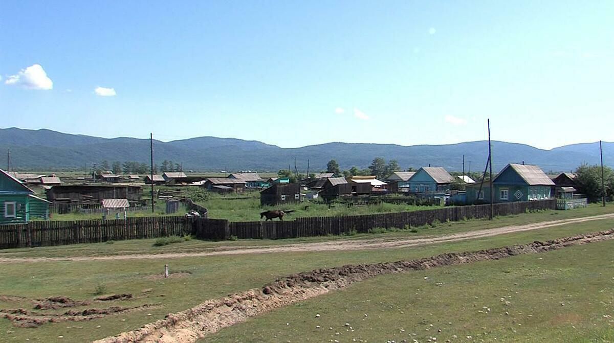 Con hào được đào quanh làng Shuluta ở vùng Buryatia, Siberia, Nga, hôm 6/7. Ảnh: Reuters