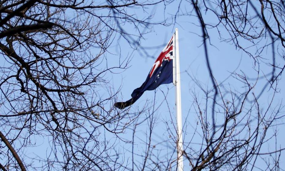 Quốc kỳ Australia tại đại sứ quán nước này ở Bắc Kinh, Trung Quốc, hồi tháng 1/2019. Ảnh: Reuters.