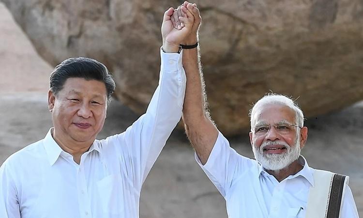 Chủ tịch Trung Quốc Tập Cận Bình (trái) và Thủ tướng Ấn Độ Narendra Modi tại thị trấn Mahabalipuram hồi tháng 10 năm ngoái. Ảnh: DPA.
