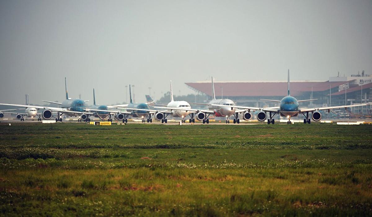 Máy bay xếp hàng dài chờ cất cánh ở sân bay Nội Bài. Ảnh: Duy Anh.