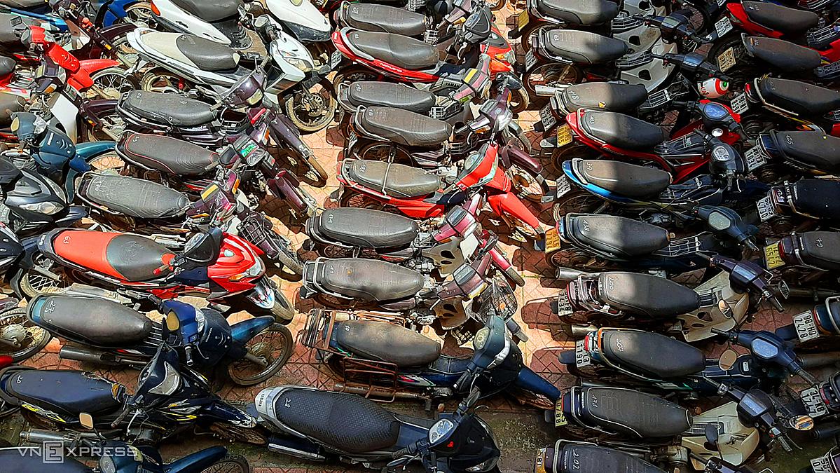 Hàng trăm xe vi phạm, trong đó nhiều xe không có giấy tờ, chưa sang tên bị chủ nhân bỏ lại ở trụ sở phòng CSGT, Công an tỉnh Bắc Giang. Ảnh: Bá Đô