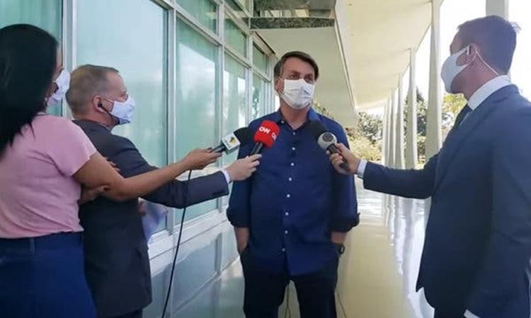 Tổng thống Brazil Jair Bolsonaro trả lời phóng viên tại Brasilia hôm 7/7. Ảnh: New York Times.