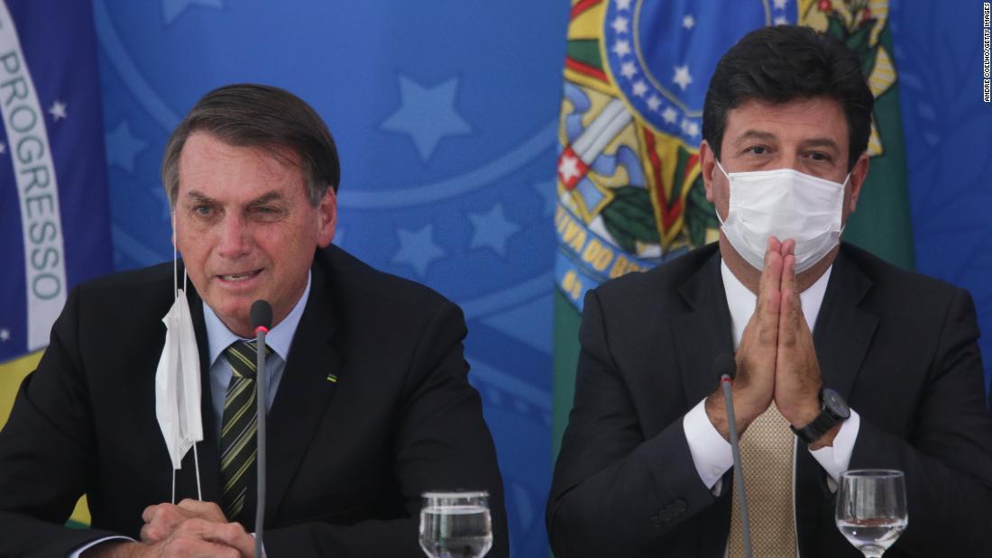 Cựu bộ trưởng Luiz Henrique Mandetta (phải) và Tổng thống Jair Bolsonaro, hồi tháng 3. Ảnh: CNN