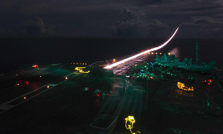 Tiêm kích đa năng F/A-18E thuộc không đoàn tàu sân bay 5 cất cánh từ tàu sân bay USS Ronald Reagan trong diễn tập chung với USS Nimitz tại Biển Đông, đêm 4/7. Ảnh: US Navy.