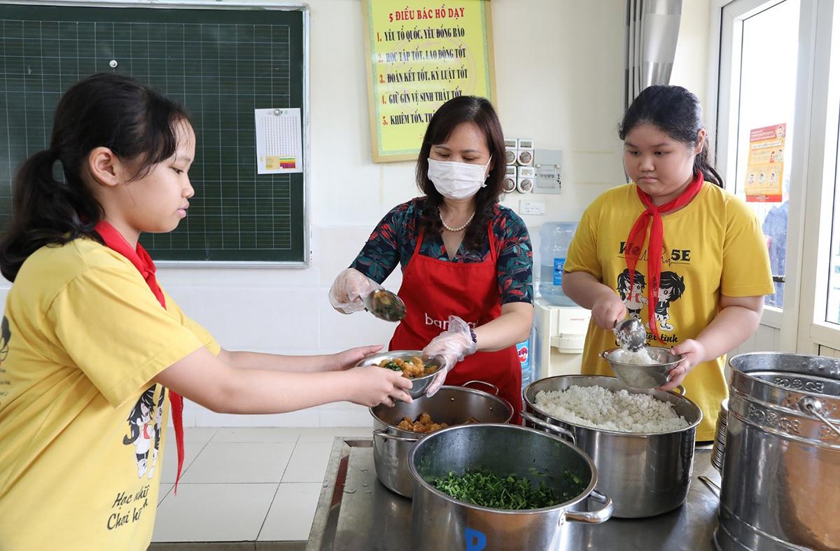 Thực đơn buổi trưa dinh dưỡng, ngon miệng sẽ tiếp thêm năng lượng cho các em trong những tiết học buổi chiều.