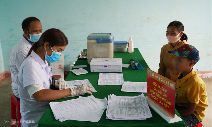 Cán bộ y tế huyện Đăk Glong, Đăk Nông, làm thủ tục tiêm chủng vaccine bạch hầu cho người dân xã Quảng Hòa, tháng 6. Ảnh: Trần Hóa.