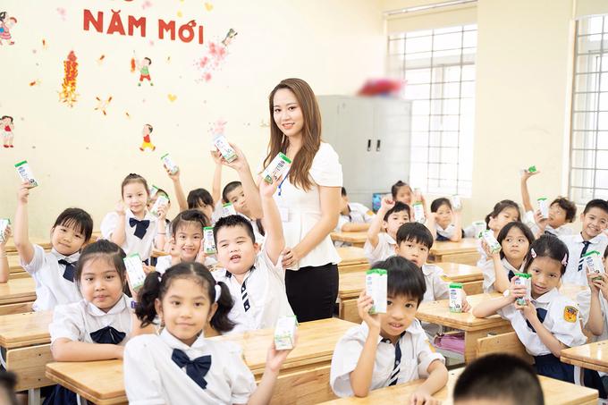 Học sinh lớp 1A1, trường Tiểu học Đại Từ (Hoàng Mai, Hà Nội) hào hứng trong giờ uống sữa học đường.