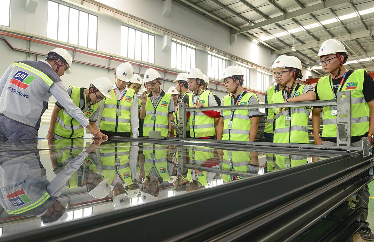 Kỹ sư hướng dẫn cho sinh viên khoa Xây dựng Đại học Bách khoa TP HCM về cấu tạo của hệ façade.