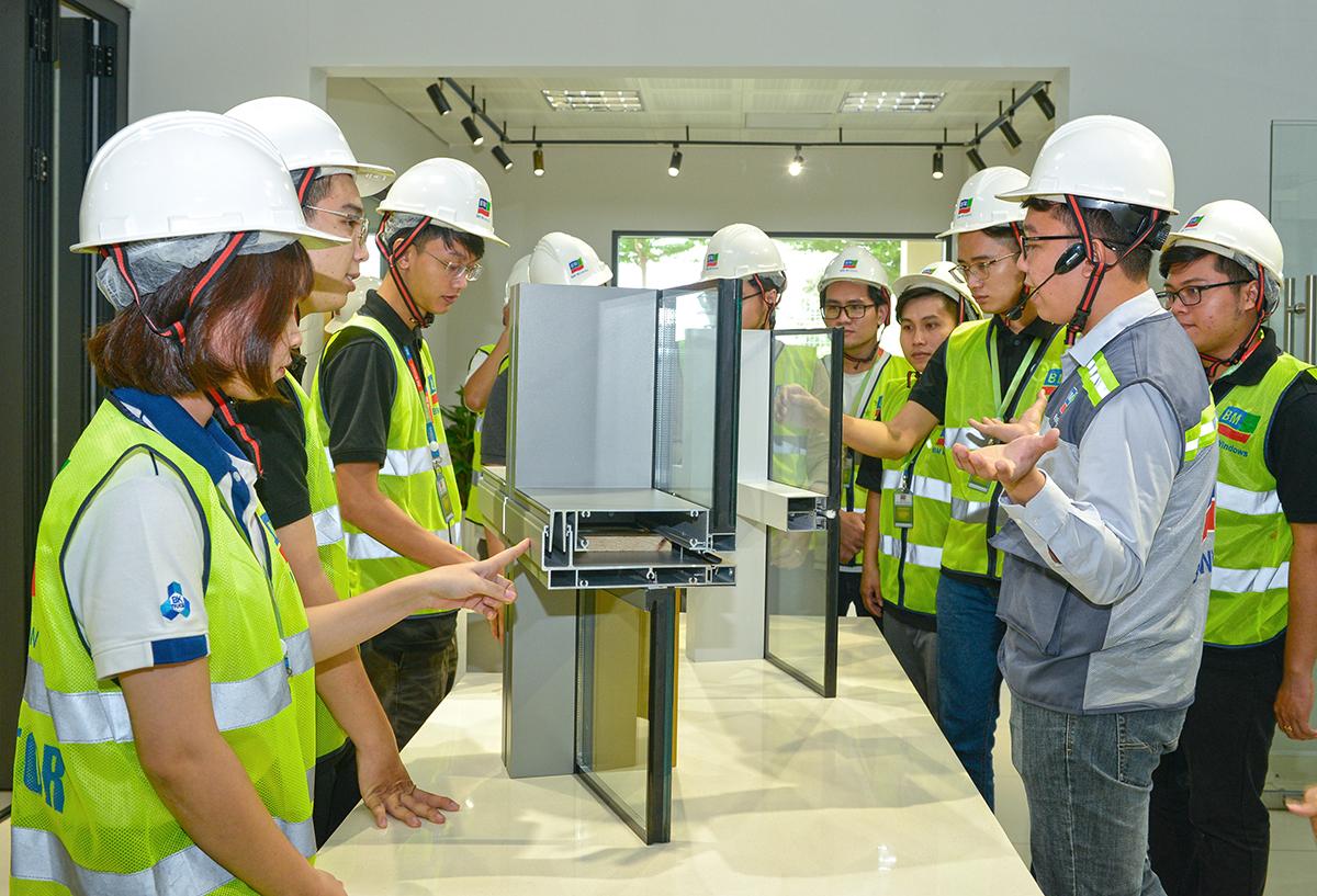 Sinh viên tham quan khu trưng bày sản phẩm tại nhà máy.