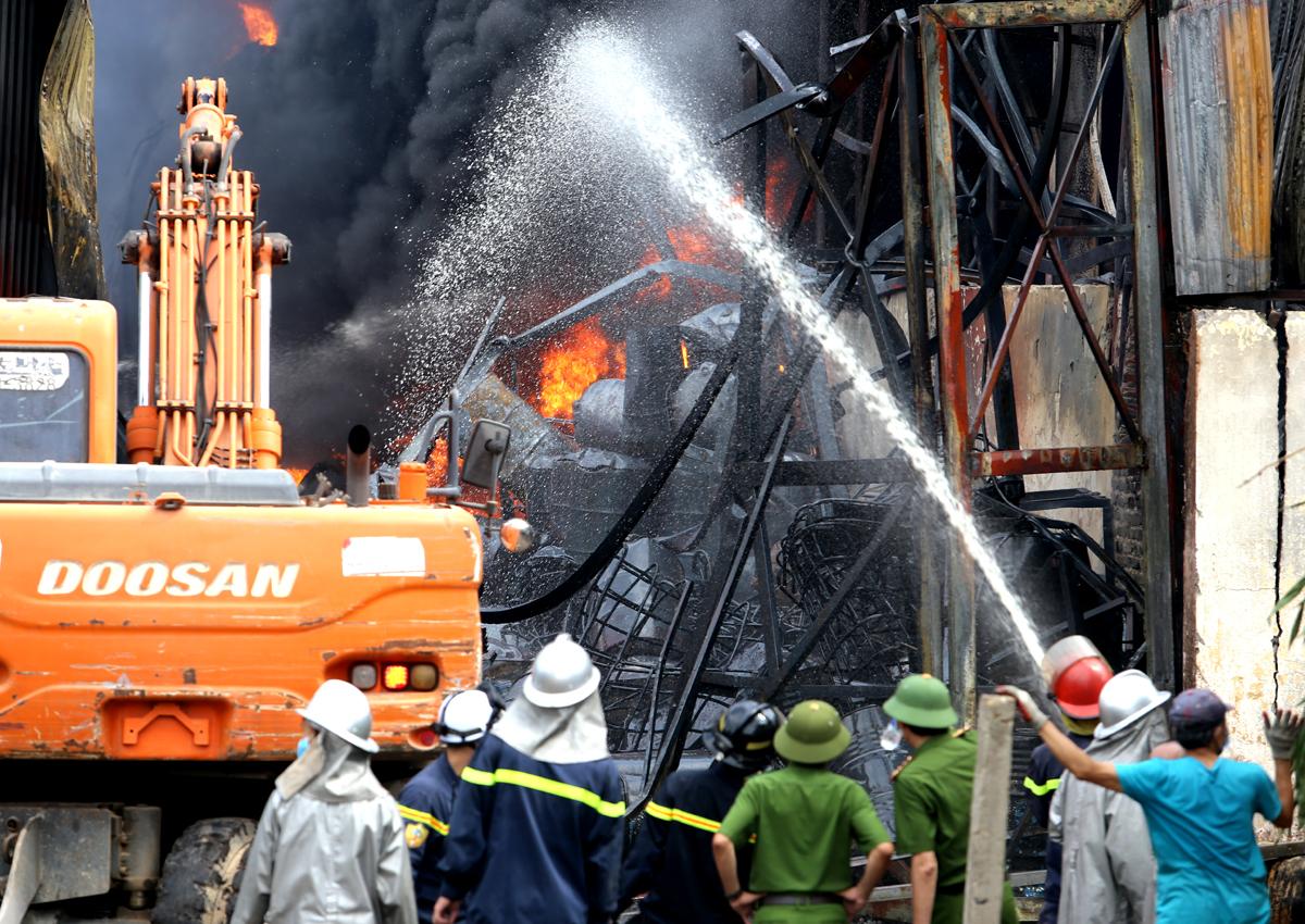 Hiện trường vụ cháy xưởng hóa chất ở Thượng Thanh, quận Long Biên sáng 30/6. Ảnh: Tất Định