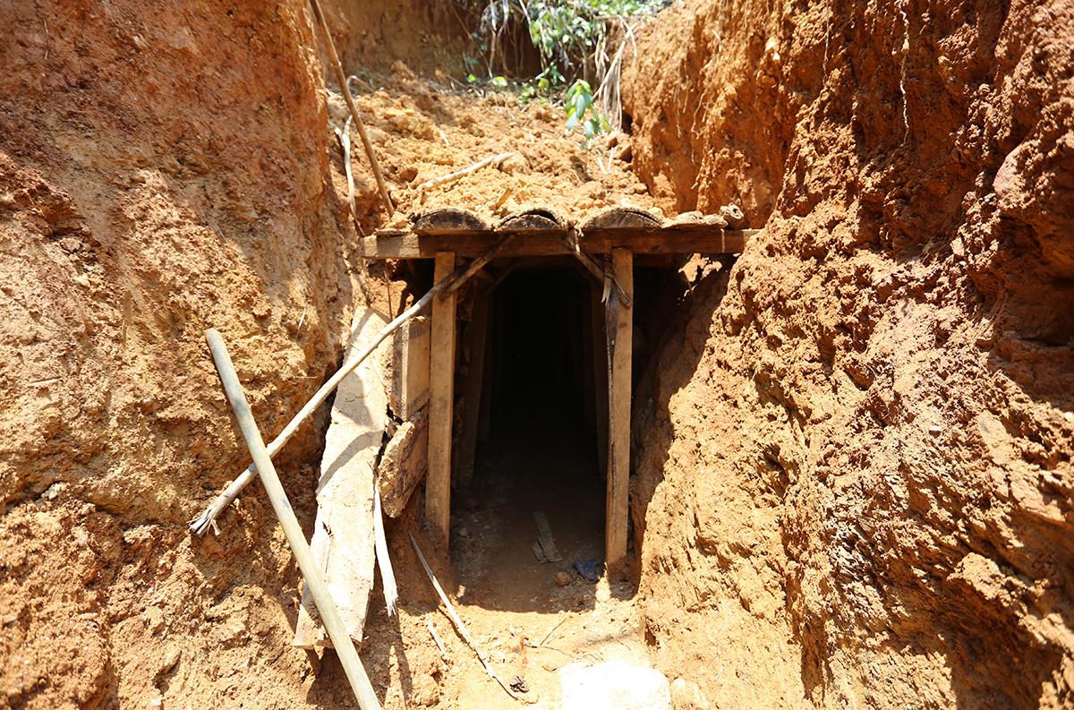 Căn hầm mà Hà cùng đồng nghiệp chui vào đào vàng. Ảnh: Đắc Thành.
