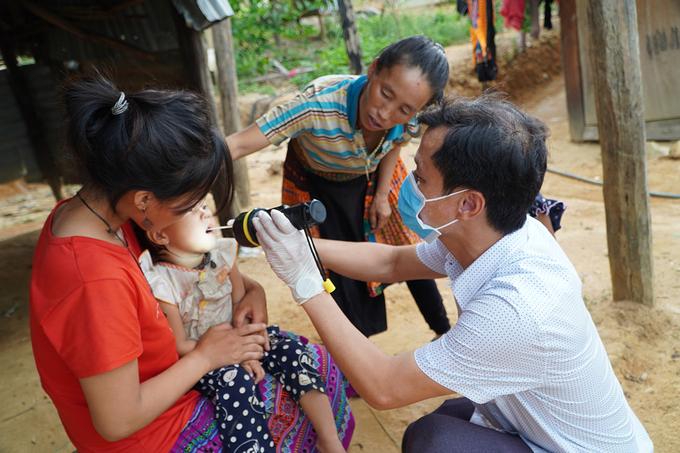 Bác sĩ khám sàng lọc bạch hầu người dân ở nơi xuất hiện dịch tại Đăk Lăk. Ảnh: Ngô Duyên.