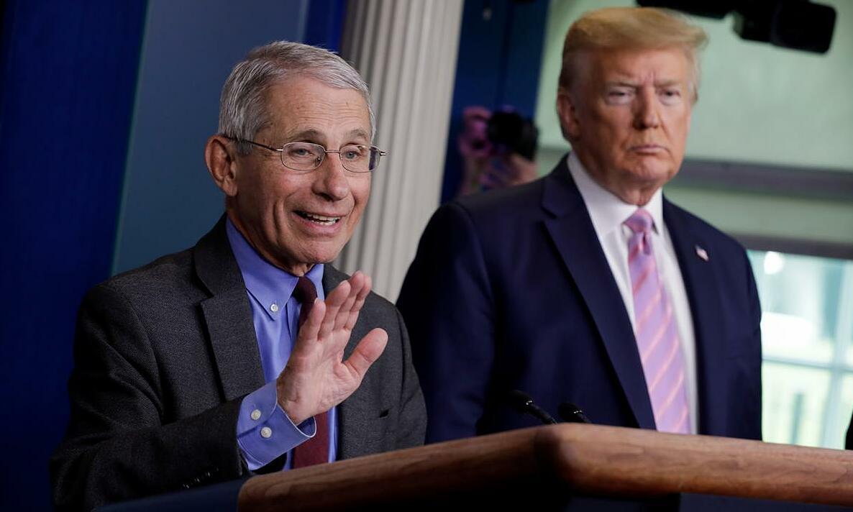 Tổng thống Mỹ Trump (phải) và ông Anthony Fauci tại một buổi họp báo về Covid-19 ở Nhà Trắng, ngày 10/4. Ảnh: Reuters.