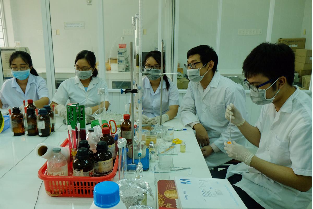 Sinh viên khoa Khoa học Môi trường (Đại học Sài Gòn) trong giờ thực hành. Ảnh: Mạnh Tùng.