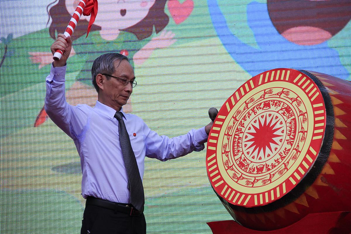 Thầy Nguyễn Xuân Khang đánh trống khai giảng năm học 2019-2020 tại trường Marie Curie. Ảnh: Dương Tâm.
