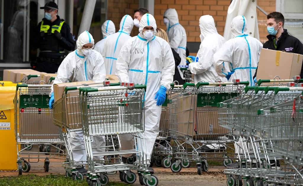 Lính cứu hỏa chuẩn bị phân phát thực phẩm cho cư dân ở một tòa nhà bị phong tỏa tại Melbourne hôm 9/7. Ảnh: AFP