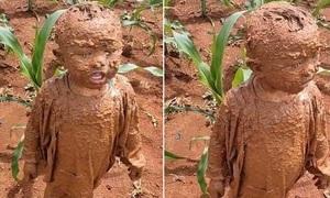 Cậu bé nâu từ đầu đến chân vì đồng ruộng va vào người