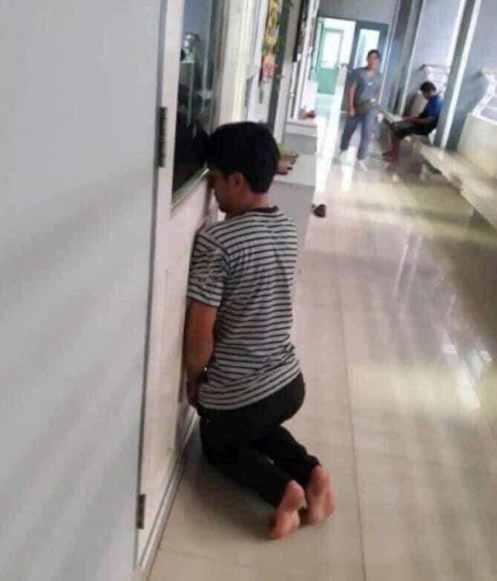 Ông bố rình ngoài cửa xem con học.