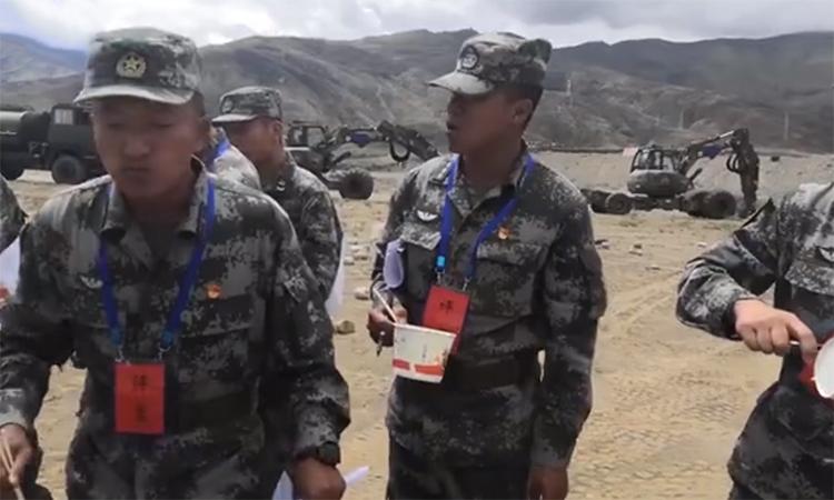 Hai máy xúc mọi địa hình phía sau đoàn kiểm tra hoạt động cấp dưỡng tại một đơn vị Trung Quốc trên cao nguyên Tây Tạng, ngày 5/7. Ảnh: PLA.