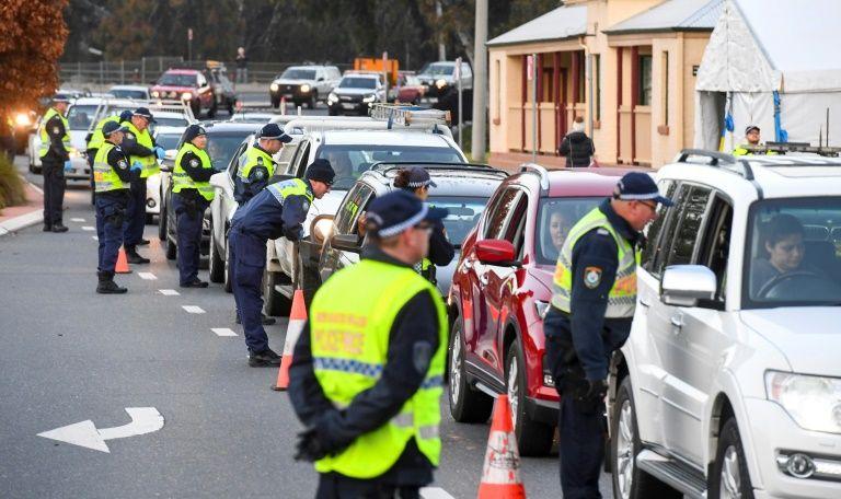 Cảnh sát kiểm tra các tài xế ở biên giới bang Victoria sau khi có lệnh đóng cửa với bang New South Wales lân cận hôm 8/7. Ảnh: AFP