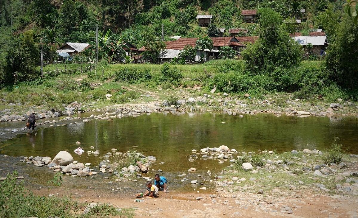 Sông Liên chảy qua làng Tốt, nơi ông Lối bị ba thanh niên sát hại. Ảnh: Thảo Anh.