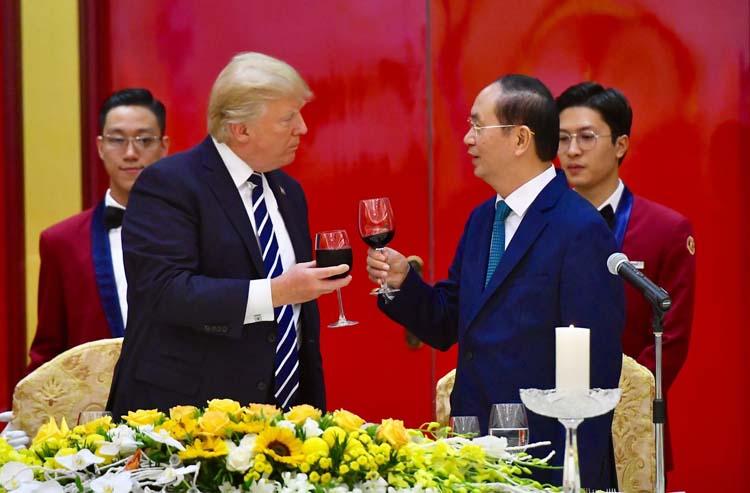 Tổng thống Mỹ Trump, trái, gặp Chủ tịch nước Việt Nam năm 2017 Trần Đại Quang tại Hà Nội vào tháng 11 sau khi dự APEC. Ảnh: Giang Huy.