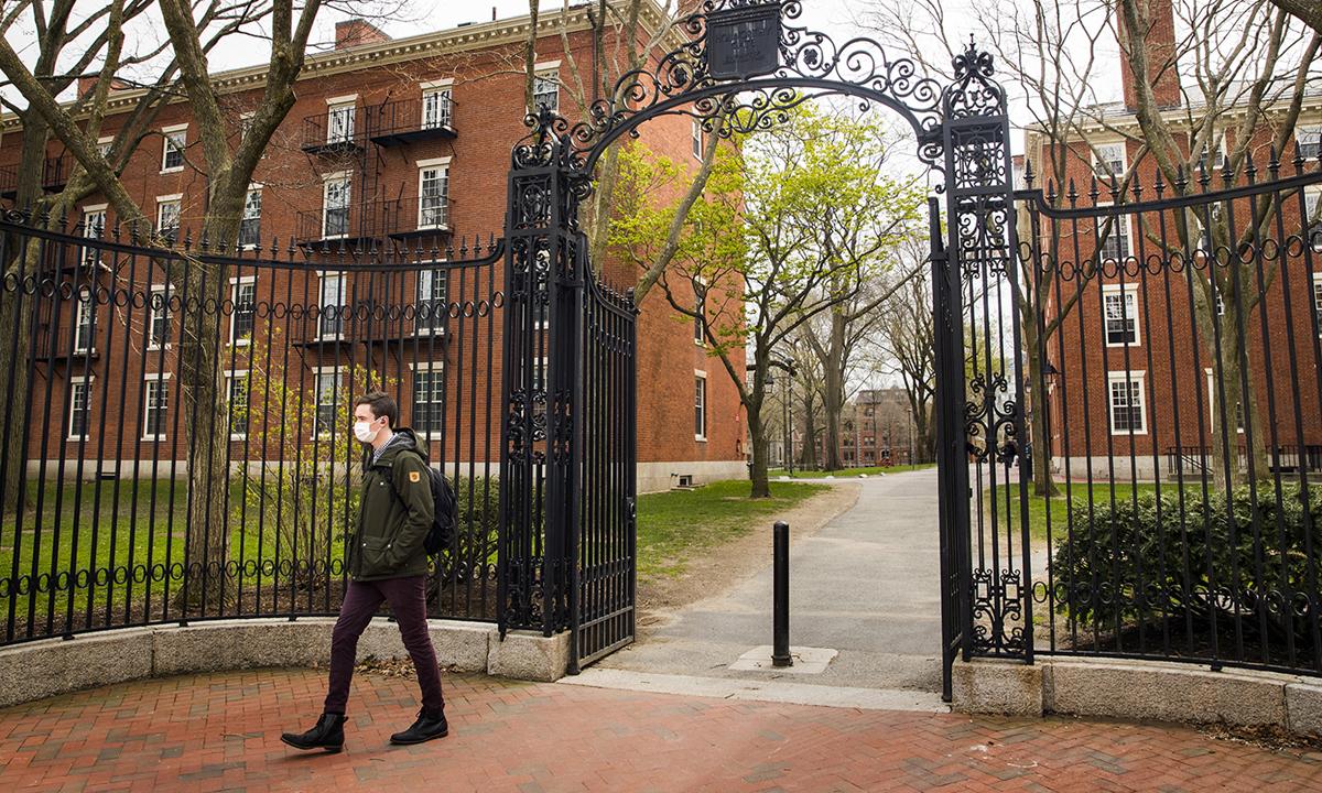 Một sinh viên đi trong khuôn viên Đại học Harvard, Mỹ. Ảnh: Bloomberg.
