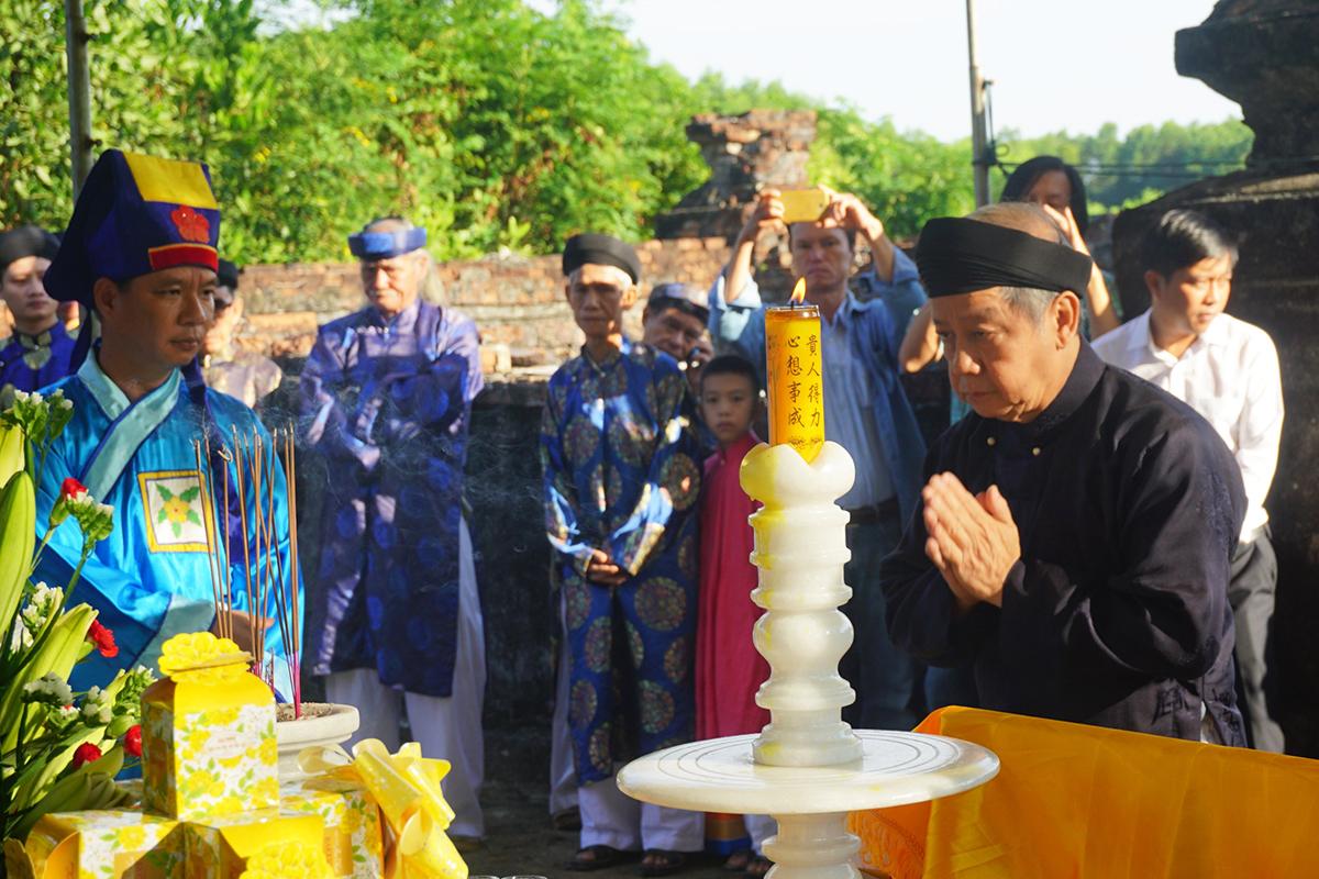 Ông Phan Ngọc Thọ dâng hương chúa Nguyễn Phúc Khoát. Ảnh: Vạn An