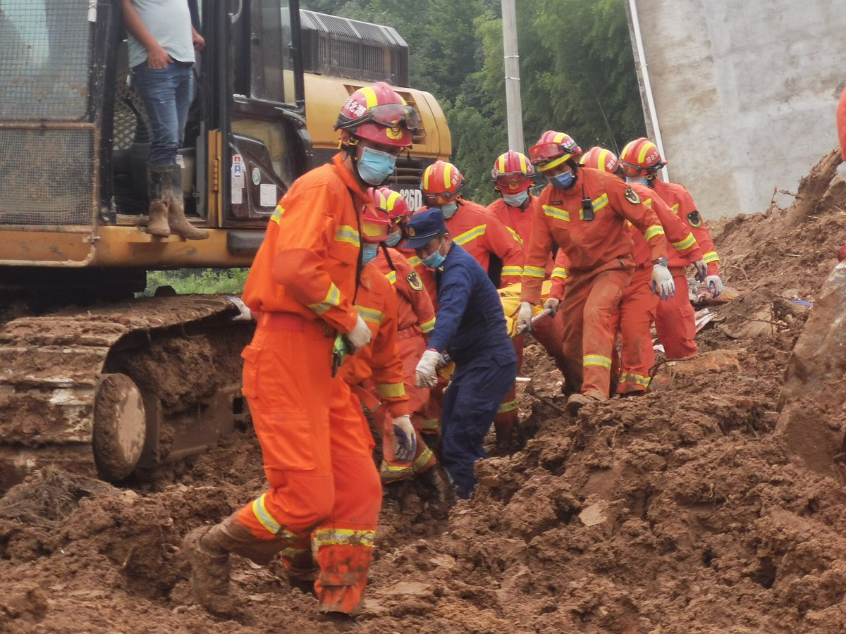 Hiện trường lở đất tại thôn Viên Sơn, huyện Hoàng Mai, tỉnh Hồ Bắc, hôm 9/7. Ảnh: Peoples Daily.