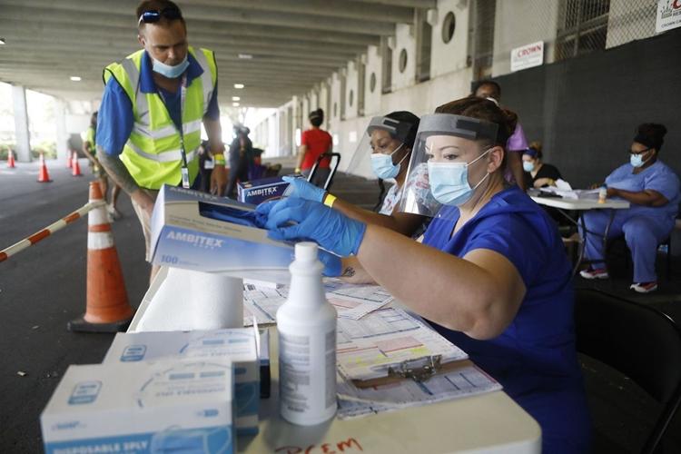 Nhân viên y tế tại một điểm xét nghiệm ở thành phố St. Petersburg, bang Florida, hôm 8/7. Ảnh: AFP.