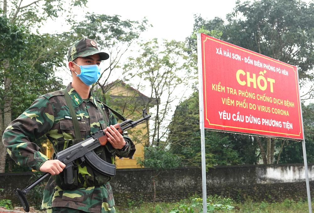 Học viên Trương Trùng Dương làm nhiệm vụ tại chốt chống dịch của đồn Pò Hèn, Quảng Ninh hồi tháng 3. Ảnh: HT