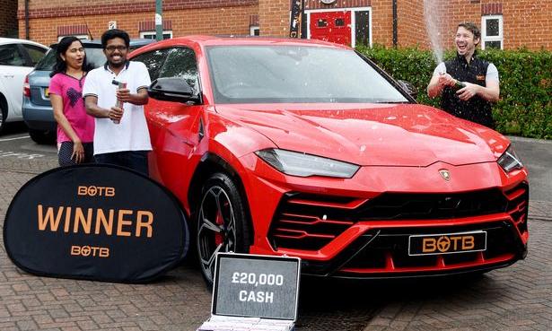 Vợ chồng Shibu Paul bên chiếc Lamborghini Urus trúng giải. Ảnh: Nottingham Post