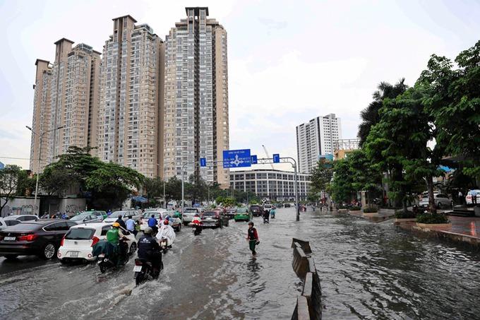 Đường Nguyễn Hữu Cảnh dài chưa tới 4 km với hàng loạt cao ốc được mệnh danh là rốn ngập của TP HCM. Ảnh: Hữu Khoa