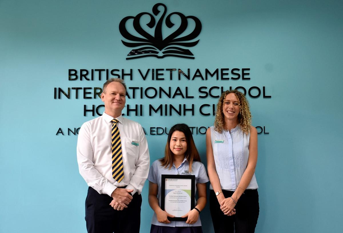 Cao Khoa nhận chứng chỉ thành tích Tiền Tú tài Anh AS Level với bộ môn Âm nhạc năm 2019.