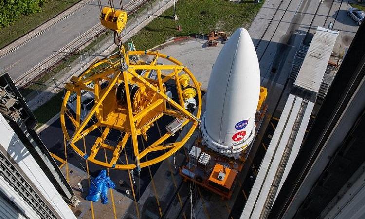 [Robot Perseverance chuẩn bị được đưa lên tên lửa Atlas V. Ảnh: Sci Tech Daily.