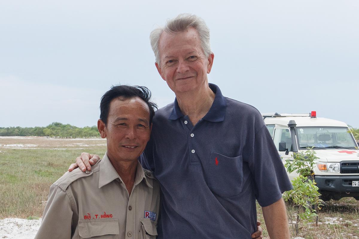 Ông Chuck Searcy (phải) với cán bộ kỹ thuật Quốc gia của dự án RENEW/NPA Bùi Trọng Hồng. Ảnh: Ngô Xuân Hiền