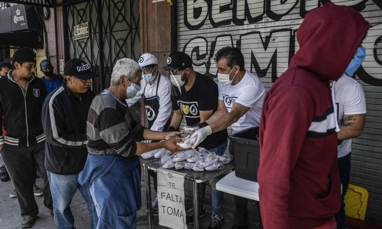 Người dân xếp hàng nhận thực phẩm miễn phí giữa đại dịch Covid-19 ở thủ đô Mexico City của Mexico hôm 9/7. Ảnh: AFP.
