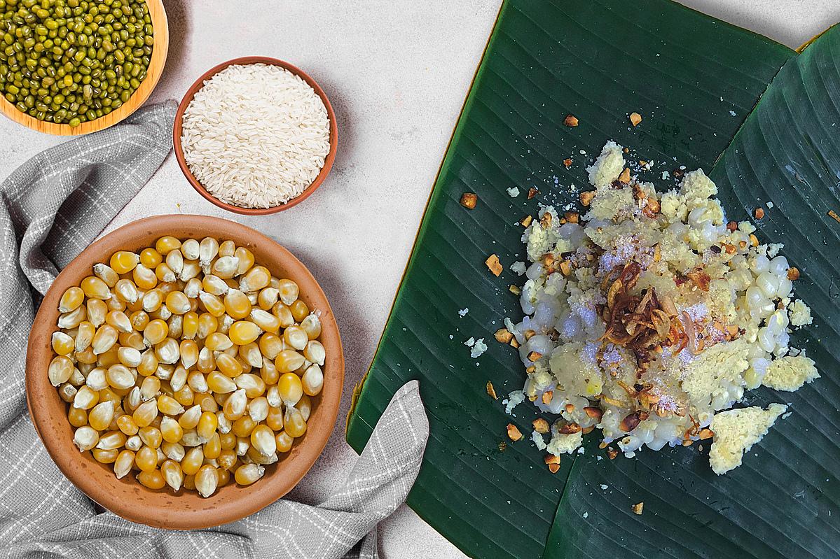 Xôi bắp đậu xanh: Món ăn sáng bình dị quen thuộc của con người xứ Huế. Bình dị là vậy nhưng gói một gói xôi bắp phải theo đúng công đoạn của nó: xôi bắp được múc ra chén nhỏ, trút vào lá chuối, sau đó xắt đậu xanh lên, tiếp theo cho muối mè đậu phộng, đường, rồi rẩy hành phi và chút dầu phi hành. Công đoạn cuối cùng là gói lá chuối lại, được gói xôi bắp nóng hổi, ngon dẻo.