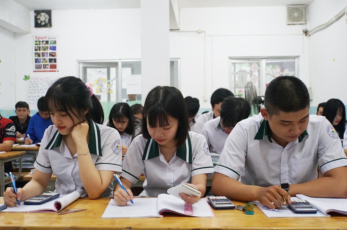 Học sinh trường THCS - THPT Đào Duy Anh (TP HCM) ôn thi tốt nghiệp THPT hồi cuối tháng 6. Ảnh: Mạnh Tùng.