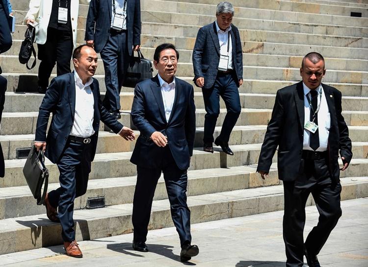 Thị trưởng  Park Won-soon (giữa) hồi năm 2019. Ảnh: AFP.