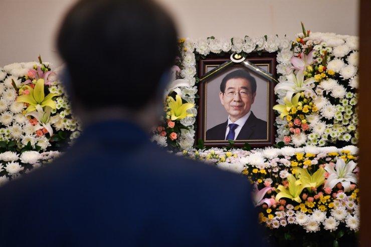Di ảnh của ông Park trên bàn thờ tại nhà tang lễ thuộc Bệnh viện Đại học Quốc gia Seoul. Ảnh: Yonhap