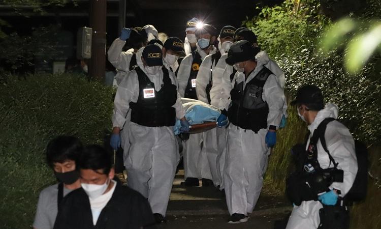 Cảnh sát di chuyển thi thể thị trưởng Seoul Park Won-soon tới bệnh viện Đại học Quốc gia Seoul rạng sáng nay. Ảnh: Yonhap.