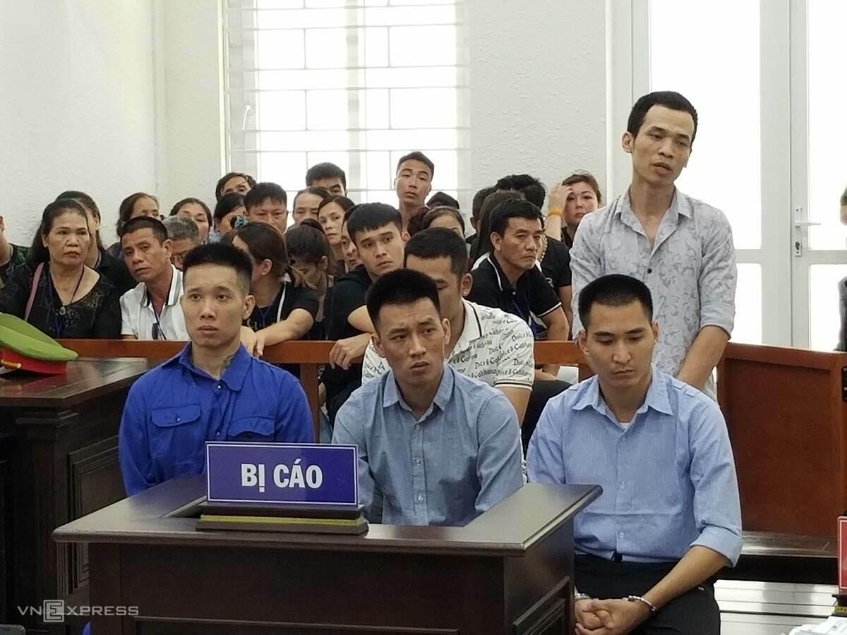 Mạnh bụi, ngồi giữa, hàng đầu cùng các tòng phạm tại phiên sơ thẩm g 10/7. Ảnh: Thanh Lam