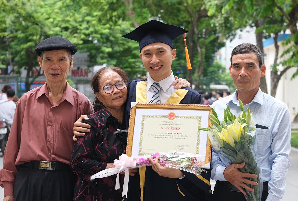 Ông bà và bố (áo trắng) đến chúc mừng Dũng nhân ngày tốt nghiệp. Ảnh: Dương Tâm.