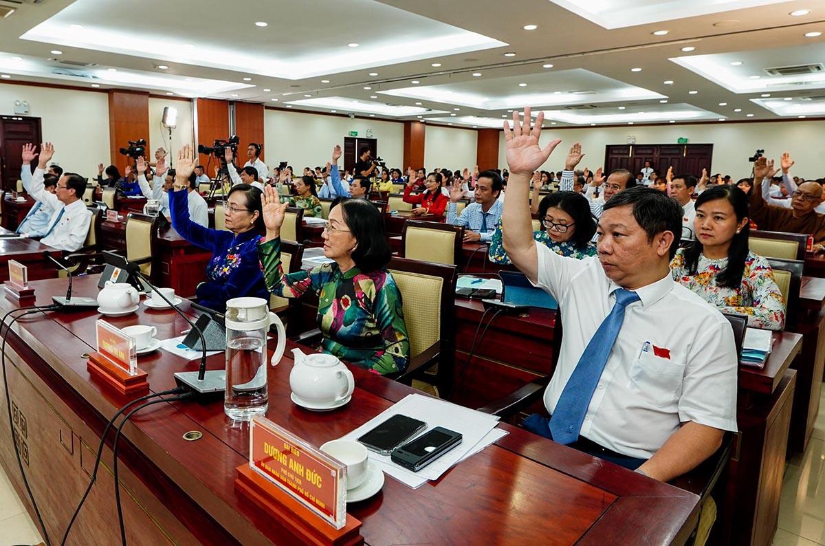 Đại biểu HĐND TP HCM thông qua nghị quyết thu phí ôtô vào trung tâm. Ảnh: Quỳnh Trần.