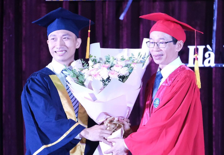 Phạm Việt Dũng thay mặt học sinh tốt nghiệp năm 2020 tặng bó hoa tri ân cho Hiệu trưởng Đại học Sư phạm Hà Nội. Ảnh: Dương Tâm.