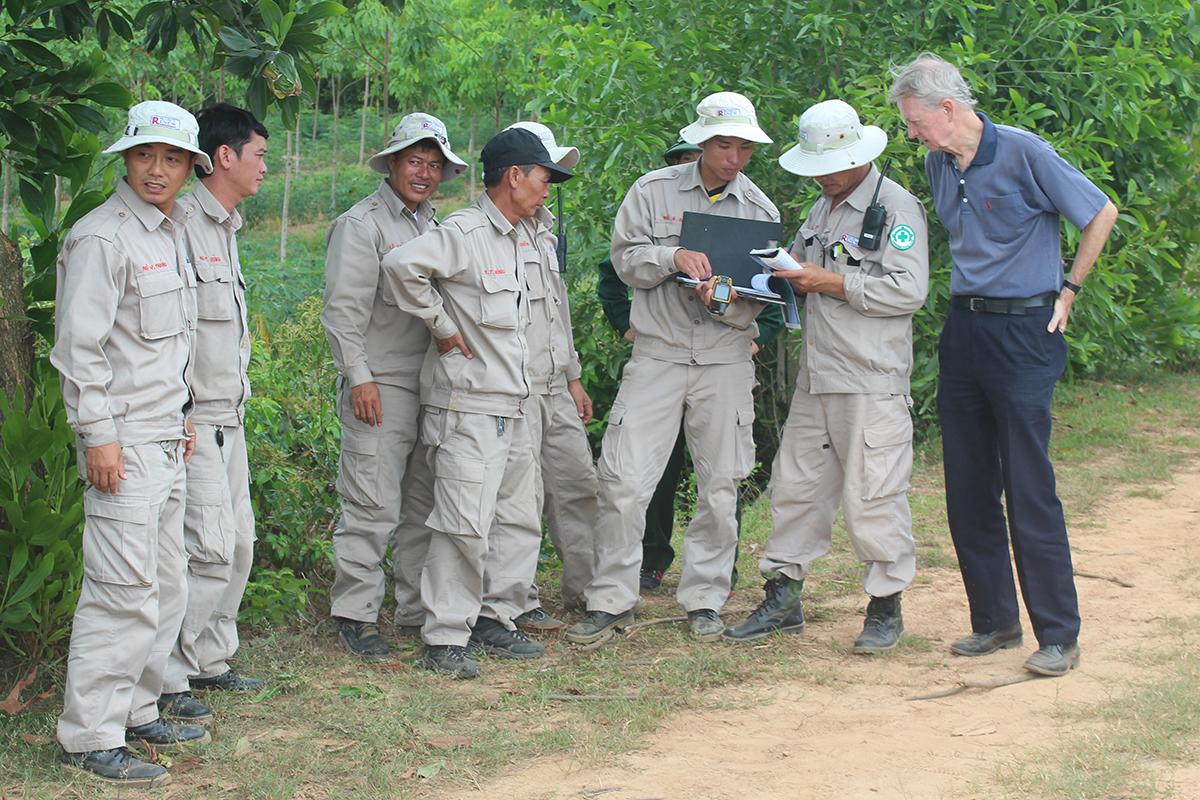 Ông Chuck Searcy tham gia một hoạt động tại hiện trường của dự án RENEW. Ảnh: Ngô Xuân Hiền