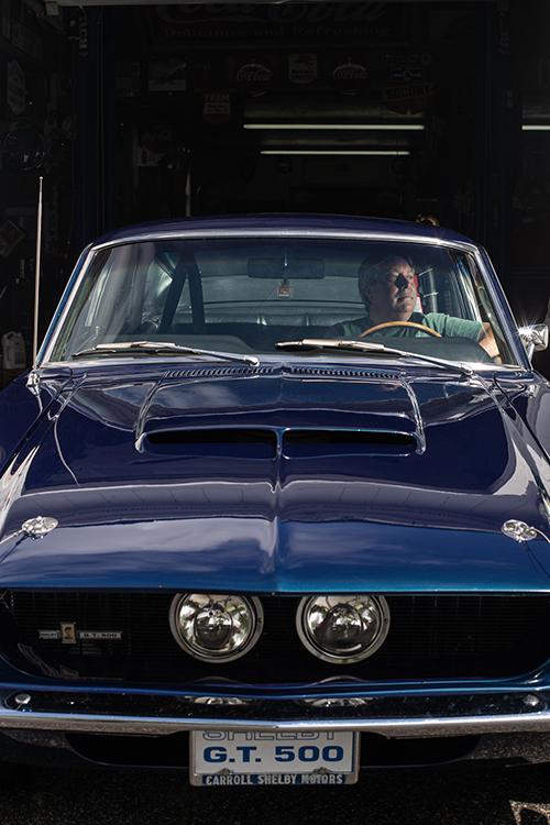 Trên chiếc xe cũ, bạn là tài xế. Bạn là người chỉ huy. Bạn phải biết bạn đang làm gì, Phil Bell, người sở hữu bộ sưu tập 28 chiếc ôtô, hầu hết từ các đời những năm 50, 60 và 70, nói. Ảnh: The New York Times.