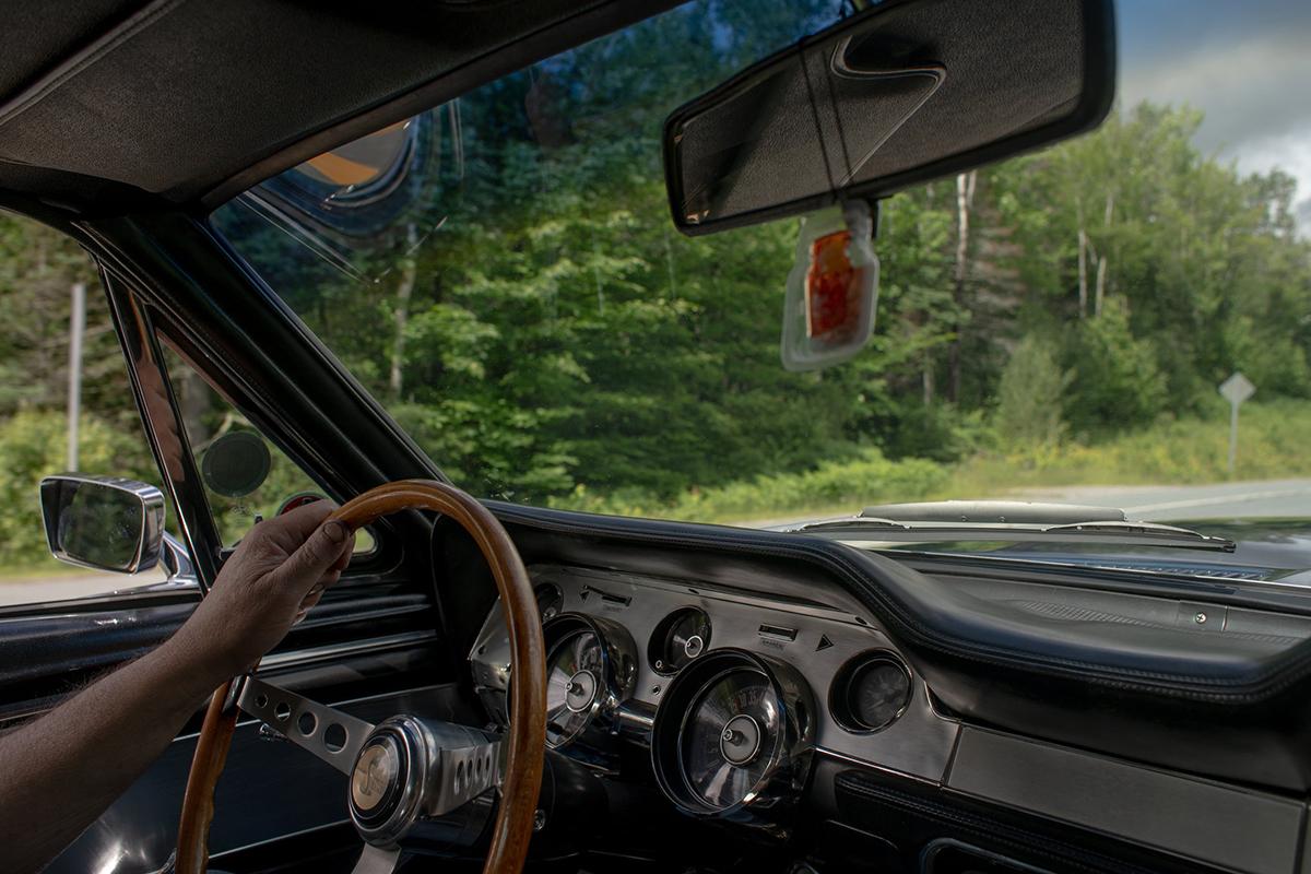 [ảnh 2] Bell trong chiếc xe Ford Mustang phiên bản 1967 Shelby GT500 của anh. Ảnh: The New York Times.