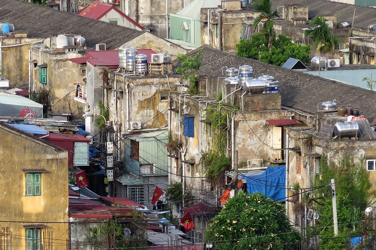 Hải Phòng hiện còn hàng nghìn hộ dân đang phải sống trong những khu chung cư cũ, xuống cấp. Ảnh: Giang Chinh